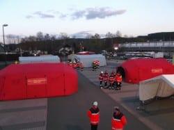 <b>Übung zur Gefahrenabwehr: Einsatzkräfte errichten Behandlungsplatz</b>
