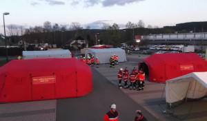 Übung zur Gefahrenabwehr: Einsatzkräfte errichten Behandlungsplatz