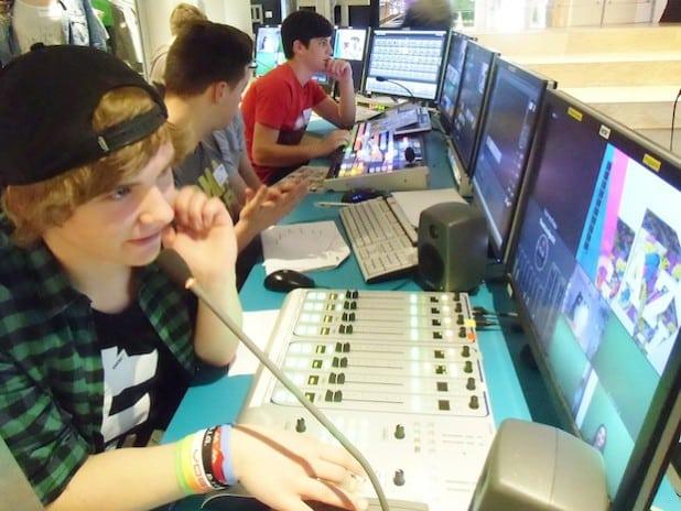 Nils, Nurul und Noah an der Studiotechnik (Foto: planpunkt).