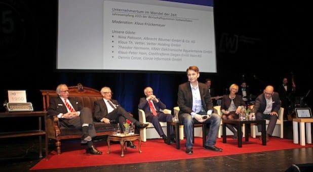 Moderator Klaus Krückemeyer mit den Podiumsgästen auf dem Jahresempfang der Wirtschafsjunioren Südwestfalen - Foto: Josef Wiesmann, Wirtschaftsjunioren.