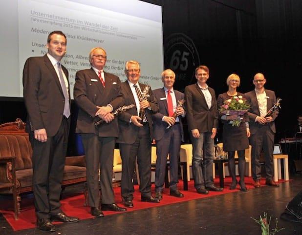Wirtschaftsjuniorenvorsitzender Timm Bendinger (links) mit den Podiumsgästen auf dem Jahresempfang der Wirtschafsjunioren Südwestfalen - Foto: Josef Wiesmann, Wirtschaftsjunioren.
