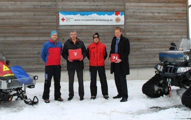 AED-Übergabe an die Bergwacht Winterberg (von links): Sebastian Struwe/Bergwacht; Michael Wirtz/VB Bigge-Lenne; Kai Schrichten/Bergwacht; Christian Beule/VB Brilon-Büren-Salzkotten (Foto: Bergwacht Winterberg).