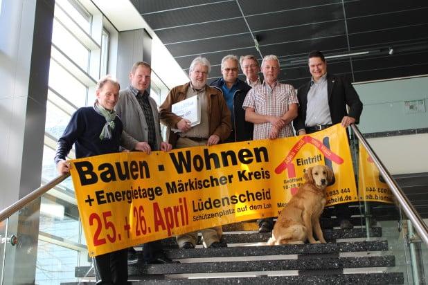 """Foto (vlnr): Jürgen Bürschel, Marius Müller, Jean-Pierre Wijnen, Andreas Weiler, Dirk Aengeneyndt, Hans-Gerd Rittmann und Jens Altenberger. Vor dem Plakat: Schimmelsuchhund """"Sam""""."""