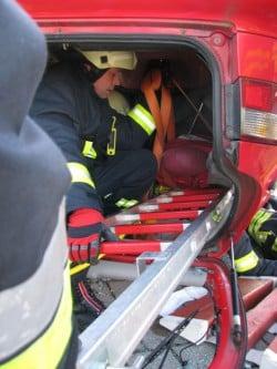 Sicherung des kopfabwärts liegenden Fahrers mit der Steckleiter