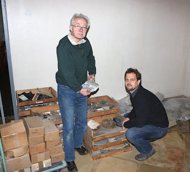 Museumsleiter Dr. Sven-Hinrich Siemers und Mitarbeiter Peter Penkert mit einem Teil der geologischen Sammlung (Foto: Museum).