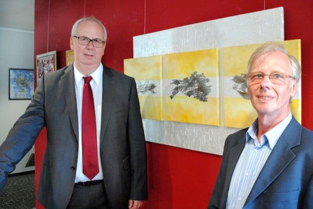 """Der Velmeder Künstler Wolfgang Rinschen (re.) und Bürgermeister Ralf Péus eröffneten jetzt die Ausstellung """"metalart"""" im Foyer des Bürger- und Rathauses (Foto: Gemeinde Bestwig)."""