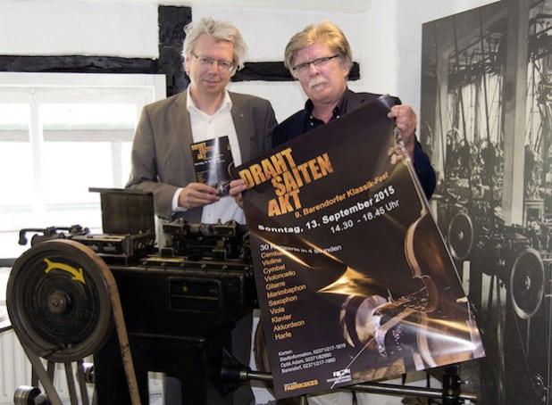 Gitarrist Thomas Kirchhoff (l.) und Museumsleiter Gerd Schäfer laden zum 9. Barendorfer Klassik-Fest am 13. September in die Historische Fabrikanlage Maste-Barendorf ein (Foto: Stadt Iserlohn).