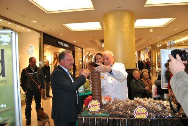 Bürgermeister Dzewas beim Anschneiden des Baumkuchens