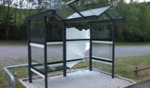 Zwei Buswartehallen zerstört: 1.500 Euro Schaden angerichtet