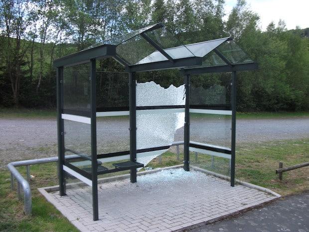 Photo of Zwei Buswartehallen zerstört: 1.500 Euro Schaden angerichtet