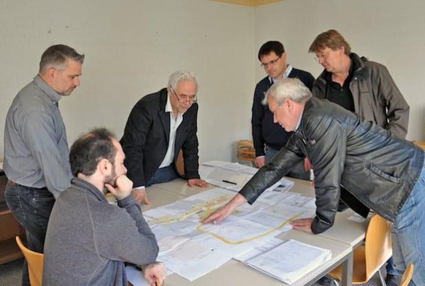 Nachdem die Abbrucharbeiten auf dem Schulgelände abgeschlossen sind, bereiten sich die Planer – hier bei der Baubesprechung – jetzt auf den Start der Bauphase vor (Foto: Stadt Lippstadt).