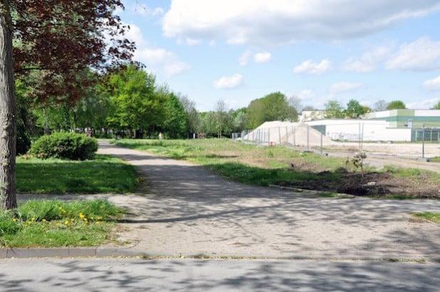 Während der Bauphase wird der südlich an das Schulgelände angrenzende Weg durch den Theodor-Heuß-Park nicht mehr passierbar sein (Foto: Stadt Lippstadt).