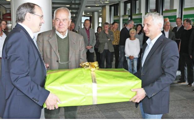 Landrat Thomas Gemke (links) überreichte Fritz Schröder (Mitte) und Hans Obergruber eine Motorsäge (Foto: Hendrik Klein/Märkischer Kreis).