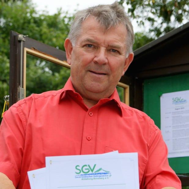 "SGV-Pressewart Klaus Peters vor dem alten ""SGV-Info.Punkt"" an der Klosterbrücke (Foto: Klaus Peters)"