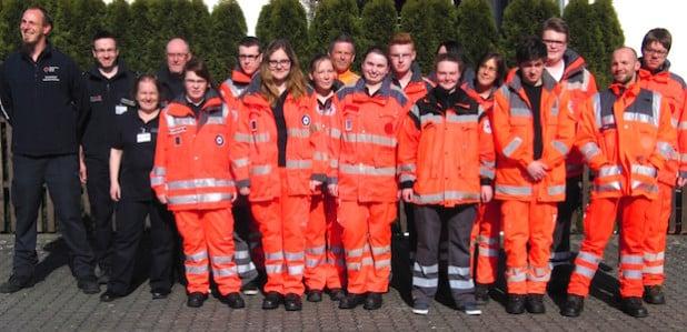 Die Prüfungskommission (links) und die Prüflinge stellen sich dem Fotografen - Foto: DRK Kreisverband Lippstadt-Hellweg e.V.