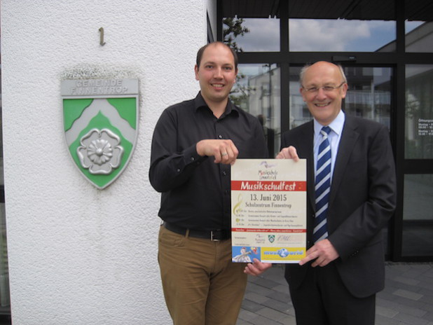 Bürgermeister Dietmar Heß (r.) und Musikschulleiter Martin Theile freuen sich schon auf das Musikschulfest - Foto: Musikschule Lennetal e.V.