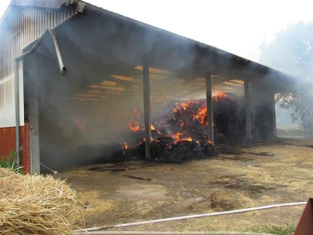 Die Scheune und die Heuballen wurden durch die Flammen zerstört (Foto: Kreispolizeibehörde Soest).