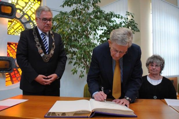 Fred Stern trägt sich in das Goldene Buch der Stadt Olsberg ein – gemeinsam mit Ehefrau Sheila und Bürgermeister Wolfgang Fischer (Foto: Stadt Olsberg).