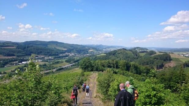 Das Foto zeigt einige Teilnehmer der Wanderwoche auf dem Heinberg bei Velmede (Foto: Tourist-Info Bestwig).