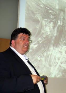 Dr. Ralf Blank vor einer Luftaufnahme des Hagener Stadtzentrums (Foto: Stadtarchiv Iserlohn).