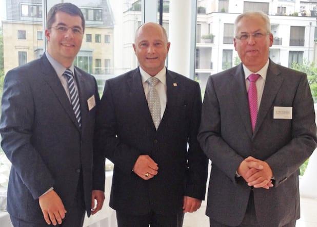 Landrat Dr. Karl Schneider (r.), Staatssekretär Rainer Bomba vom BMVi (Mitte) und Stefan Glusa, Geschäftsführer TKG SWF, bei der Kommunalkonferenz Breitbandausbau in NRW (Foto: TKG SWF).