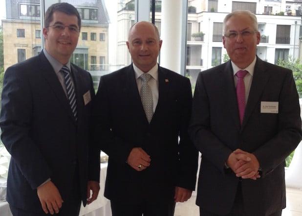 V.r.n.l.: Landrat Dr. Karl Schneider, Staatssekretär Rainer Bomba vom BMVi und Stefan Glusa, Geschäftsführer TKG SWF, bei der Kommunalkonferenz Breitbandausbau in NRW (Foto: TKG SWF).
