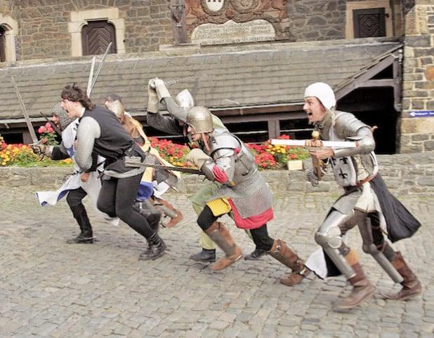 """Wild geht es bei den Rittern der Gräflichen Allianz beim ersten """"Zeitsprung"""" in diesem Jahr auf Burg Altena zu (Foto: GRAL/Märkischer Kreis)."""