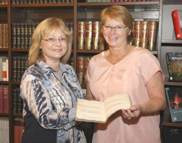 Dr. Christiane Todrowski (links) und Dinslakens Stadtarchivarin Gisela Marzin mit dem Memiorenbuch (Foto: Hendrik Klein/Märkischer Kreis).