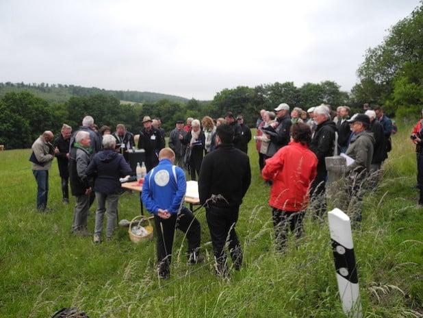 Am vergangenen Mittwoch war die Landesbewertungskommission in Holzhausen zu Gast, um sich ein Bild über die vielen Aktivitäten des Dorfes zu machen (Foto: Gemeinde Burbach).