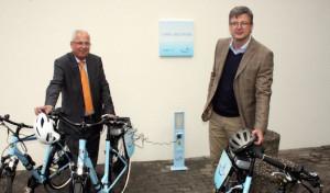 Landrat nimmt E-Bike-Ladestation am Kreishaus Meschede in Betrieb