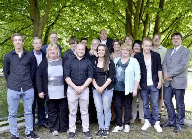 """Nach dem """"offiziellen Teil"""" mit Zeugnisübergabe und Gruppenfoto feierten Teilnehmer und Mitarbeiter des Projektes """"Externer Hauptschulabschluss"""" ihre Erfolge bei einem gemeinsamen Grillen (Foto: Stadt Iserlohn)."""