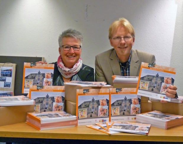 Birgit Spiekermann vom Lokalen Bündnis für Familie und Frank Osinski vom städtischen Jugend- und Familienbüro stellen den neuen Familienwegweiser vor (Foto: Stadt Lippstadt).