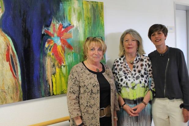 Zu sehen sind (von links): Organisatorin Gaby Wertebach sowie die Künstlerinnen Verena Stagl-Vomhof und Jasmin Luise Hermann (Foto: Diakonie in Südwestfalen gGmbH).