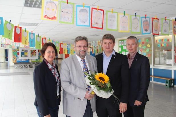 Bürgermeister Dr. Remco van der Velden (2.v.r.) verabschiedete gemeinsam mit Sigrid Hesse (l.) und Matthias Knoke (r.) Schulleiter Michael Schmidt in den wohlverdienten Ruhestand (Foto: Stadt Geseke).