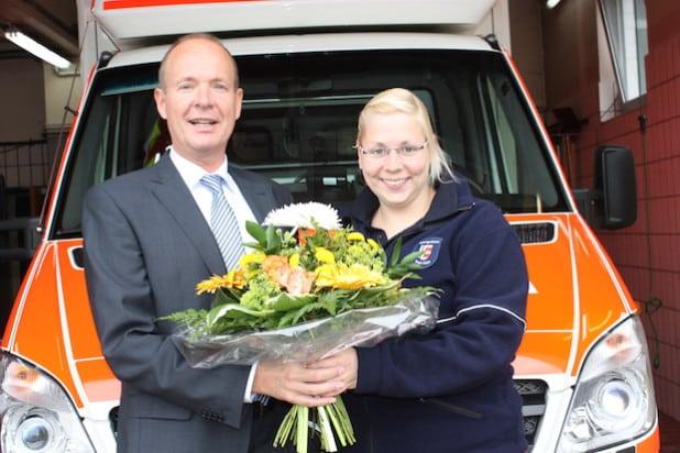 Kreisdirektor Theo Melcher überreichte Julia Hense an ihrem Arbeitsplatz einen Blumenstrauß (Foto: Kreis Olpe).