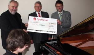 Sparkasse bezuschusst Konzert-Flügel der Musikschule HSK