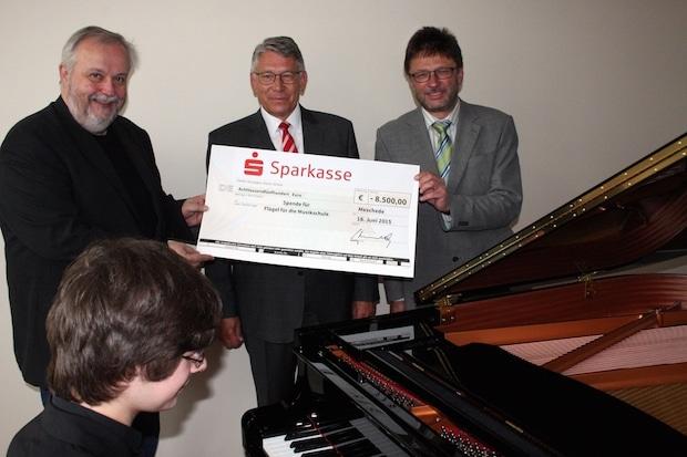 Photo of Sparkasse bezuschusst Konzert-Flügel der Musikschule HSK
