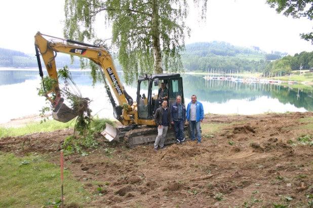 Die Arbeiten an der Kunstinsel sind schon im Gange. Rafael Czochara (re.) und Stephan Rach (li.) mit Mitarbeitern der Esloher Baufirma Biskoping (Foto: Stadt Meschede).