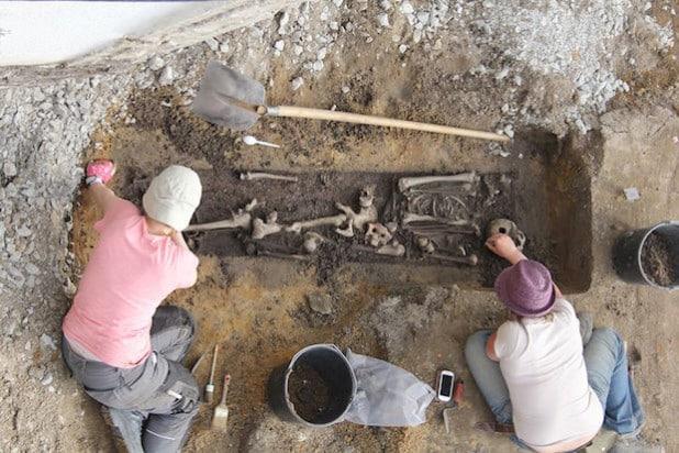 Die Archäologen bei der Untersuchung von einem der vielen Skelette (Foto: LWL/Archaeonet).