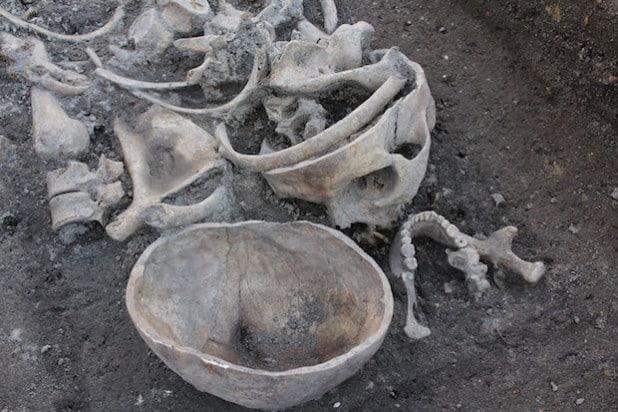 Mehr als 40 Tote wurden bislang auf der ca. 15 mal 15 Meter großen Fläche nahe der alten Stiftsruine in Lippstadt entdeckt (Foto: LWL/Archaeonet).