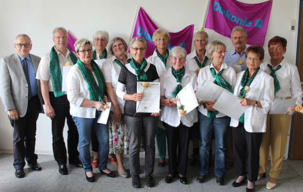 Seit 20 Jahren schenken die Grünen Damen und Herren im Diakonie Klinikum Bethesda Patienten Zuwendung und Zeit. Für ihr Engagement wurden sie nun in einem Festakt feierlich geehrt (Foto: Diakonie in Südwestfalen gGmbH).