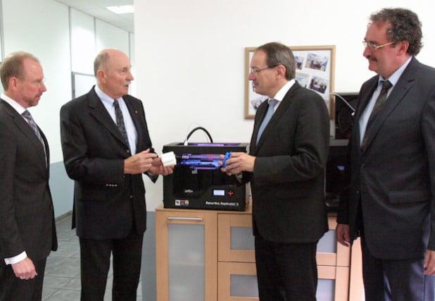 Vertriebsdirektor Jochen Hülle und Gert Müller, Geschäftsführer der Mayweg GmbH, begrüßen Landrat Thomas Gemke und GWS-Geschäftsführer Jochen Schroder (Foto: Märkischer Kreis)