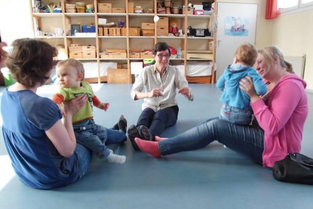 """Im Kurs """"Musik für Babys"""" lauschen die Kinder fröhlichen Melodien und genießen bei rhythmischen Bewegungen die Interaktion mit ihren Eltern (Foto: Hansestadt Attendorn)."""