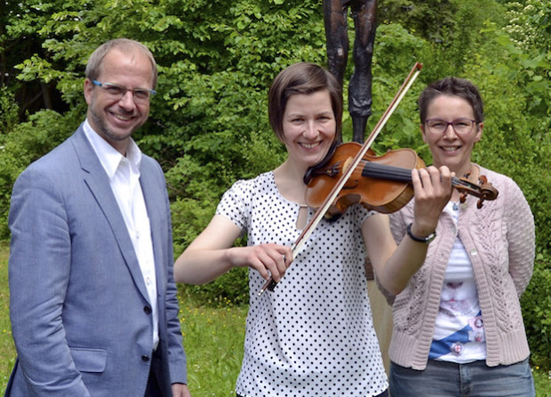 Paul Breidenstein und Edyta Pietrasch-Szyszko stellten Johanna Noetzel (M.) vor, die ab 1. August als neue Lehrkraft für Violine an der Musikschule Iserlohn unterrichten wird (Foto: Stadt Iserlohn).