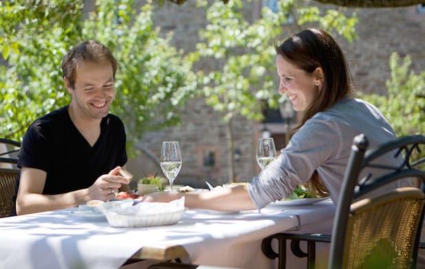 Stehen im Fokus der Sauerland-GastgeberWerkstatt: Gastronomisch besonders begeisterte Gäste und Bürger, die sich im Sauerland wohlfühlen und ihren Aufenthalt mit allen Sinnen genießen (Foto: Sauerland-Tourismus e.V./Tanja Evers).