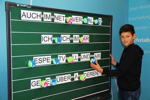 """Nach einem kleinen Geschicklichkeitsparcours musste bei der """"Buchstabenbalance"""" ein Satz richtig ergänzt werden (Foto: Stadt Geseke)."""