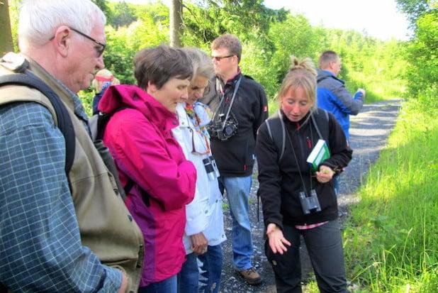 Monika Baule erläutert Kräuter am Wegesrand (Foto: SGV)