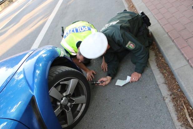 Polizisten bei der Überprüfung eines Kfz (Foto: Kreispolizeibehörde Märkischer Kreis)