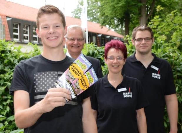 """Über zwei Tickets für das """"Big Day Out"""" Festival in Erwitte konnte sich Lennart Schulte-Overbeck freuen. Er hatte bei der Facebook-Aktion zur Messe Treffpunkt Ausbildung des Kreises mitgemacht und gewonnen (Foto: Judith Wedderwille/Kreis Soest)."""