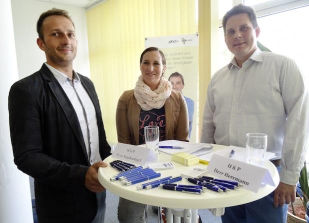 Malte Elsner (v.l.), Organisator des Job-Speed-Datings, ist mit Sarah Vanderstuyf und Björn Herrmann vom Unternehmen H&P Reststoffverwertung sehr zufrieden mit dem Ablauf der Veranstaltung (Foto: Jobcenter AHA).